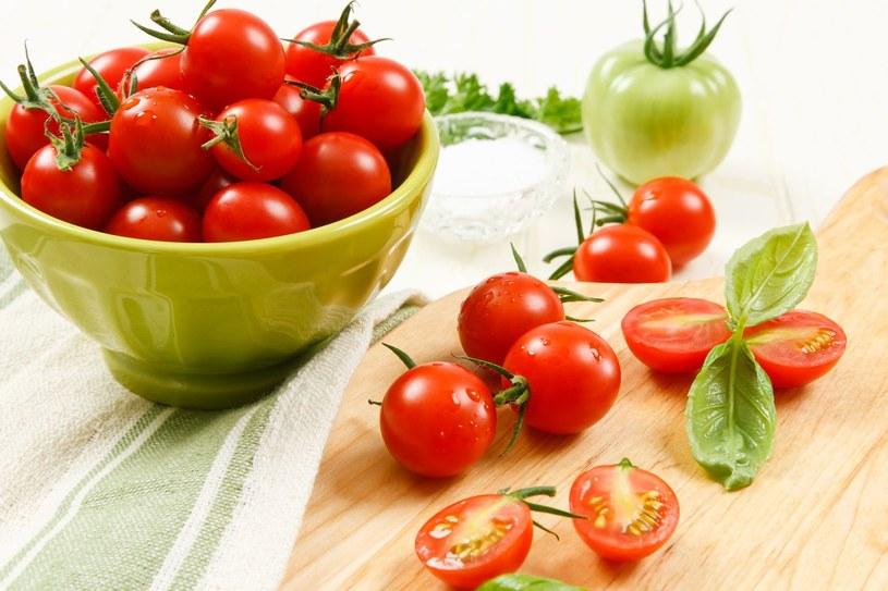 Pomidory z bazylią /©123RF/PICSEL