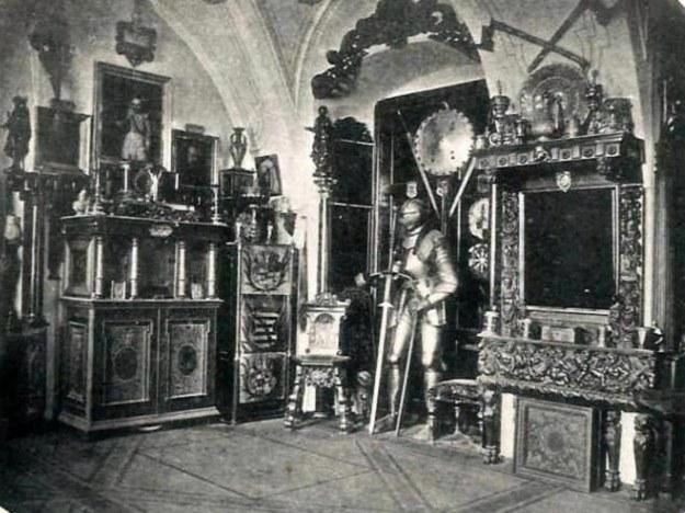 Pomieszczenie z militariami i rarytasami - rok 1890 /Odkrywca