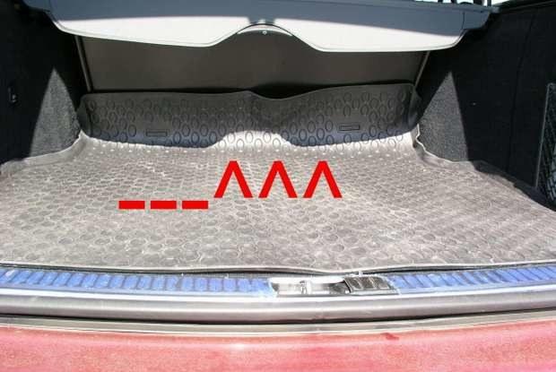 Pomniejszony bagażnik z niepasującą wykładziną / Kliknij /INTERIA.PL