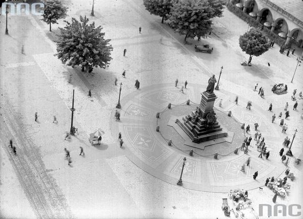 Pomnik Adama Mickiewicza na Rynku Głównym. Widok ogólny z Wieży Mariackiej w 1937 roku /Z archiwum Narodowego Archiwum Cyfrowego