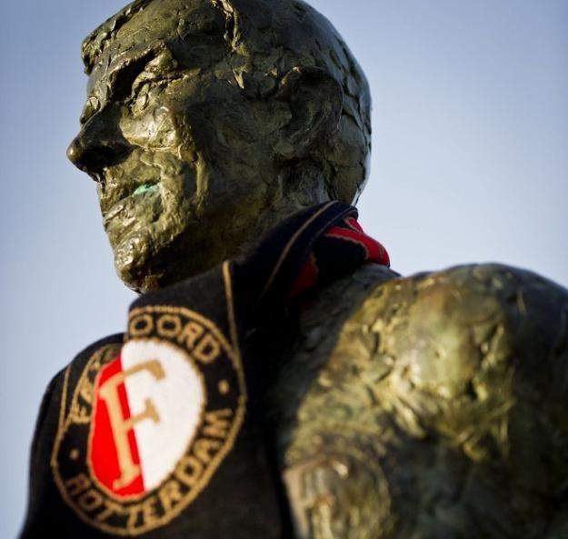 Pomnik Coena Moulijna przed stadionem Feyenoordu w Rotterdamie /AFP
