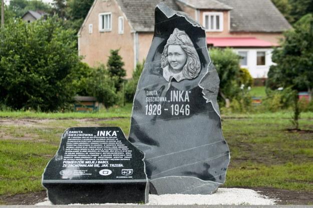 Pomnik Danuty Siedzikówny ps. Inka odsłonięty w Krzeszycach /Lech Muszyński /PAP