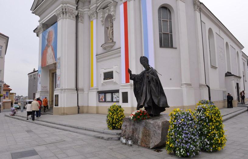 Pomnik Jana Pawła II na tle Bazyliki Mniejszej Ofiarowania Najświętszej Maryi Panny w Wadowicach, fot. Jacek Turczyk /PAP