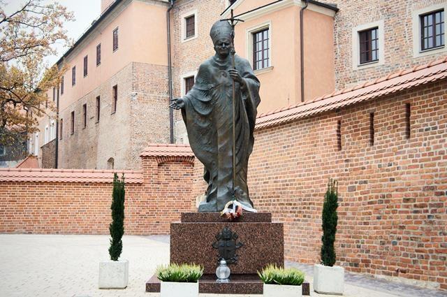 Pomnik Jana Pawła II na Wawelu w Krakowie /CTK/Sojka Libor    /PAP