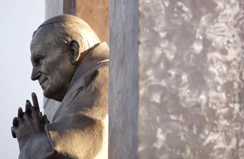 Pomnik Jana Pawła II w Ploermel /AFP