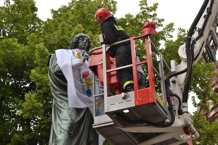 Pomnik Kopernika w koszulce z logo Bydgoszczy /Paweł Balinowski /RMF FM