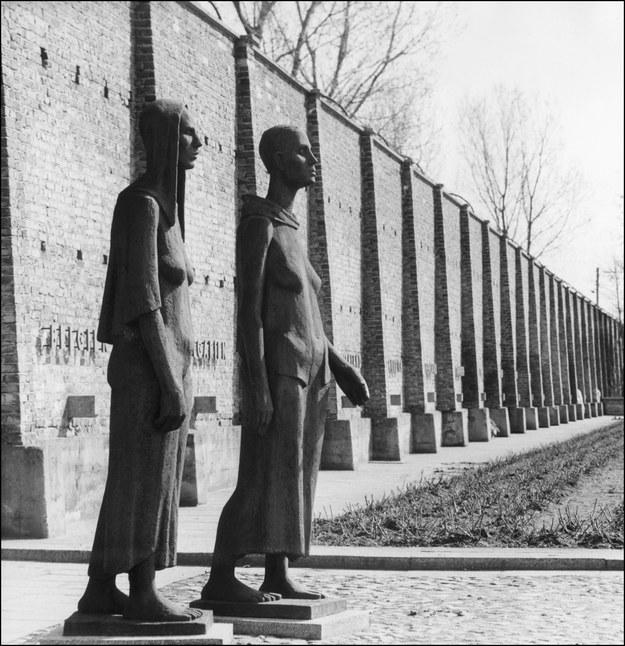Pomnik na terenie niemieckiego obozu koncentracyjnego Ravensbrueck /AFP