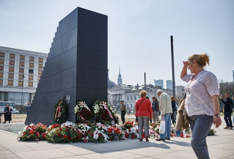 Pomnik ofiar katastrofy smoleńskiej na Placu Piłsudskiego. /Bartosz Krupa /East News
