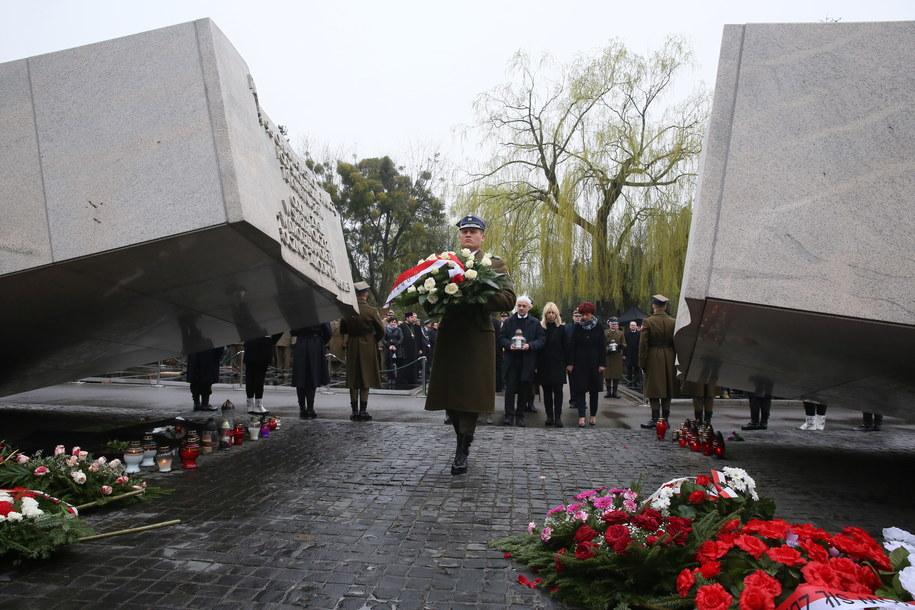 Pomnik ofiar katastrofy smoleńskiej na Powązkach /Tomasz Gzell /PAP