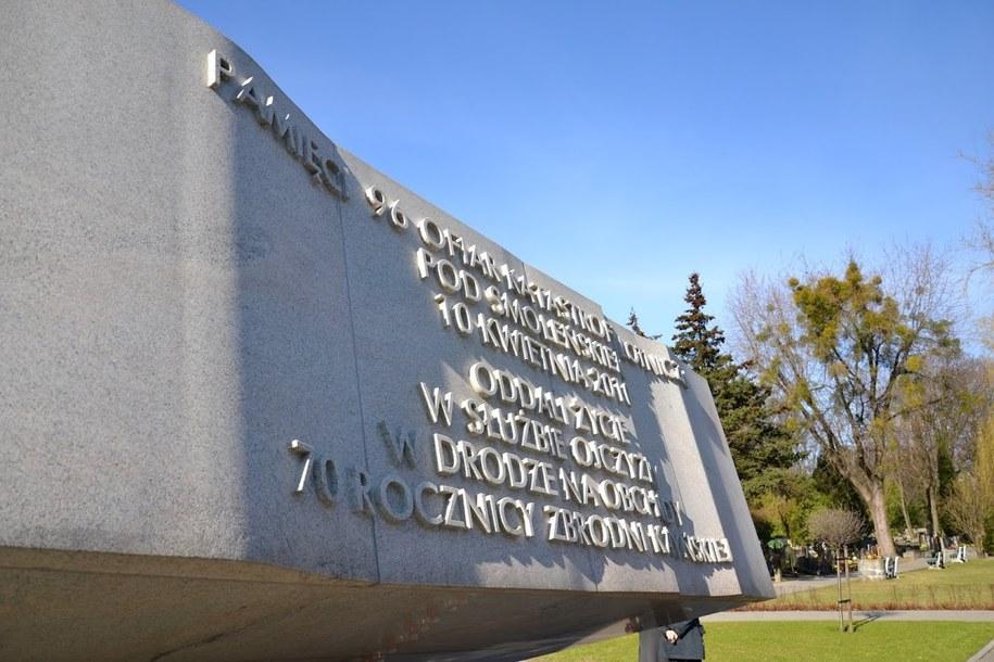 Pomnik ofiar katastrofy smoleńskiej na warszawskich Powązkach /Michał Dukaczewski /RMF FM