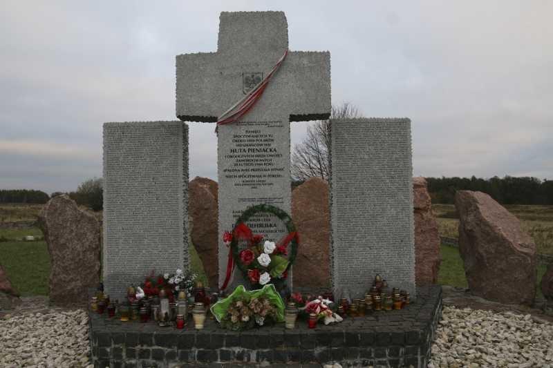 Pomnik Polaków pomordowanych w Hucie Pieniackiej /Stanisław i Andrzej Tomczakowie/www.wodynski.info /