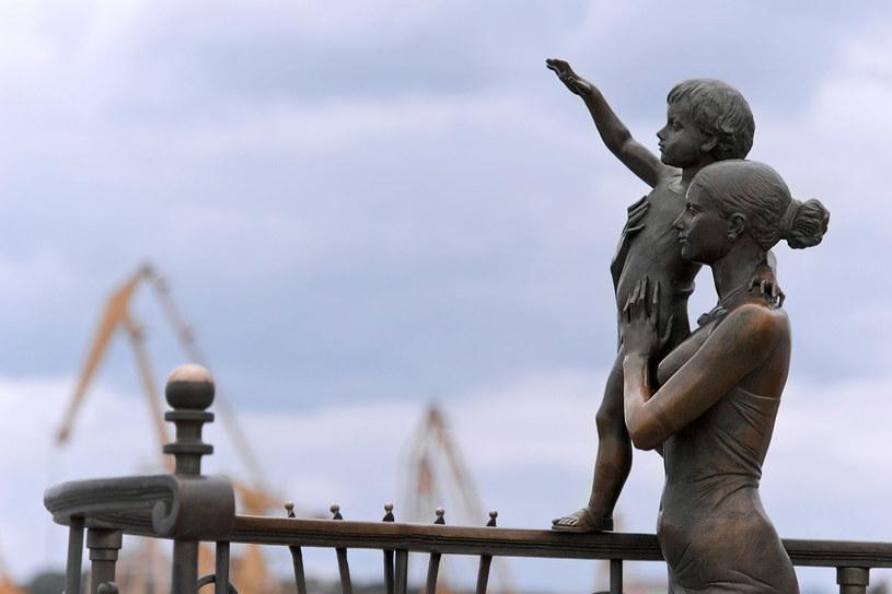 Pomnik żony marynarza nad brzegiem morza wiernie oddaje smutek rodzinnej rozłąki /©123RF/PICSEL