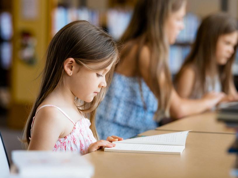 Pomóż dziecku w nauce czytania /©123RF/PICSEL