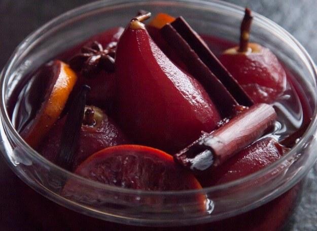 Pomysł na deser: pyszne gruszki w winie /materiały prasowe