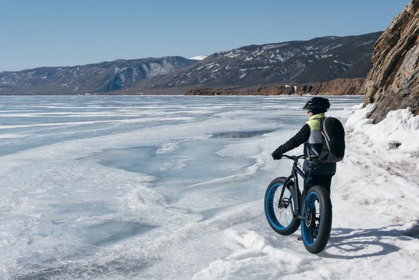 """Pomysł na rowery terenowe typu """"fatbike"""" do jazdy w warunkach zimowych rozwinął się na Alasce w latach 80 XX w. /123RF/PICSEL"""
