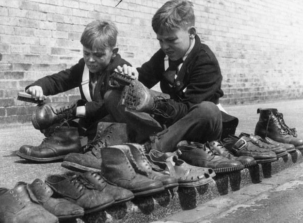 Ponadczasowe fasony męskiego obuwia nie różnią się od tych, które produkowano kilkadziesiąt lat temu /Getty Images/Flash Press Media