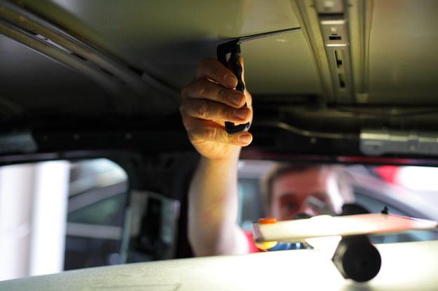 Ponieważ wgniecenia po gradobiciu są wypychane od środka, oryginalna powierzchnia lakieru i warstwa zabezpieczenia pozostają nienaruszone. /Motor