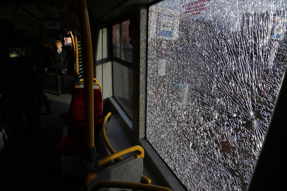 Popękane szyby uszkodzonego tramwaju linii numer 17 /Tomasz Gzell /PAP