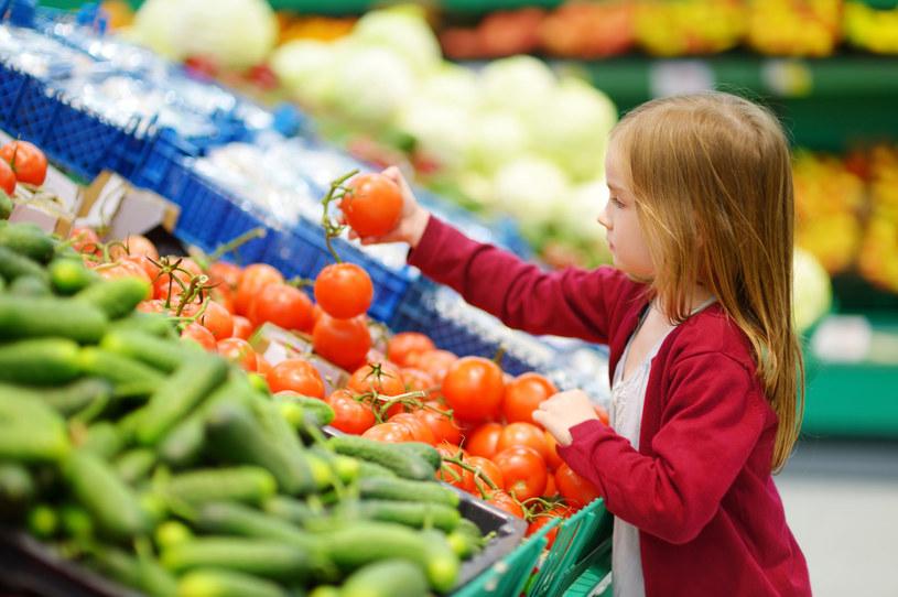 Poproś dziecko, aby włożyło do koszyka wybrane przez siebie produkty zwracając uwagę na ich cenę /123RF/PICSEL