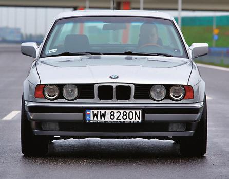 Poprzednia generacja: BMW E34. Były dwie wersje V8: 530i/218 KM oraz 540i/285 KM /Motor