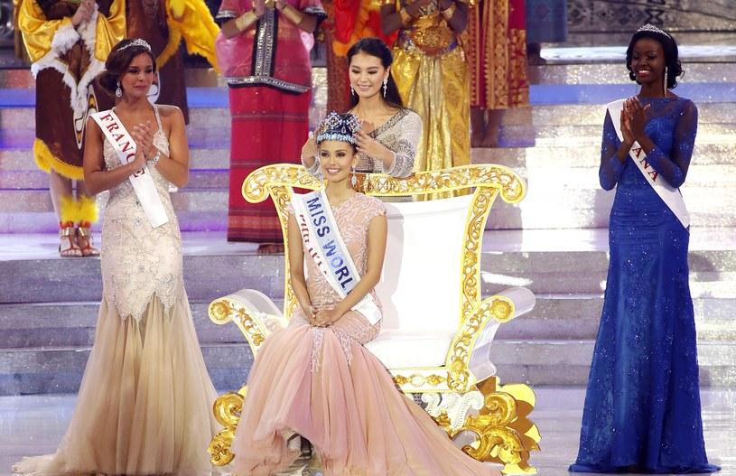 Poprzednia Miss World Chinka Yu Wenxia zakłada koronę siedzącej na tronie Megan Young /PAP/EPA