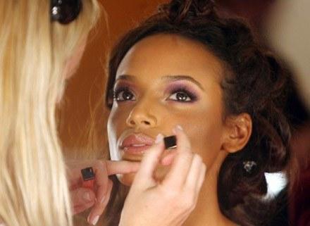 Pora zdecydować, jaki makijaż wybierasz /AFP
