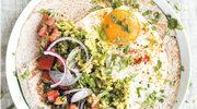 Poranna tortilla z guacamole z bobu i salsą pomidorową