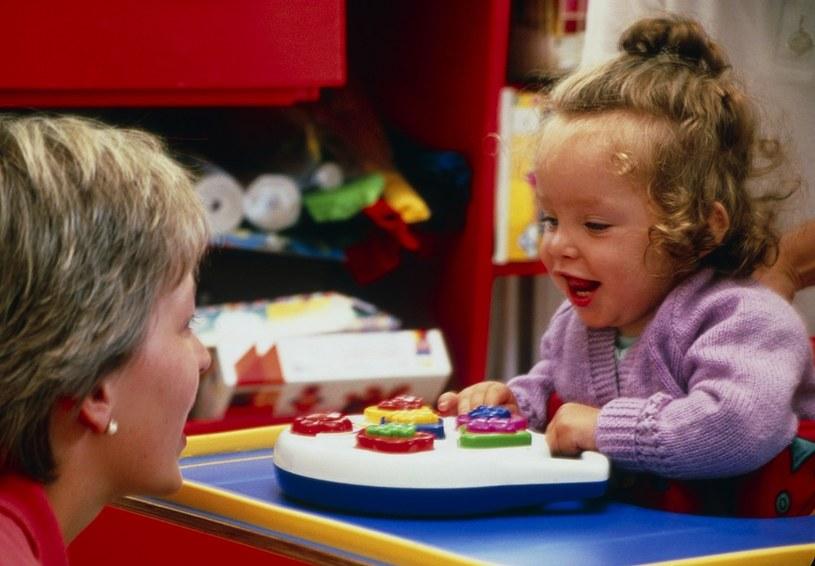 Porażenie to główna przyczyna niepełnosprawności dzieci /East News