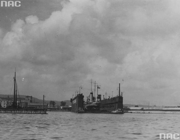 Port Marynarki Wojennej w Gdyni. Nierozpoznany statek w doku /Z archiwum Narodowego Archiwum Cyfrowego