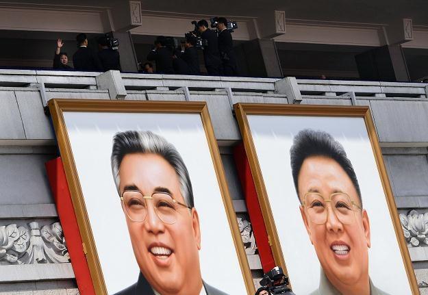 Portrety Kim Ir Sena i Kim Dzong Ila podczas parady /AFP