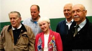 Porwane dzieci na otwarciu wystawy - od lewej: Hermann Lüdeking, Christoph Schwarz, Barbara Paciorkiewicz, Janez Žmavc i Janez Štiglic /Deutsche Welle
