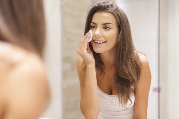 Porządny demakijaż sprawi, że nocą skóra lepiej się zregeneruje /123RF/PICSEL