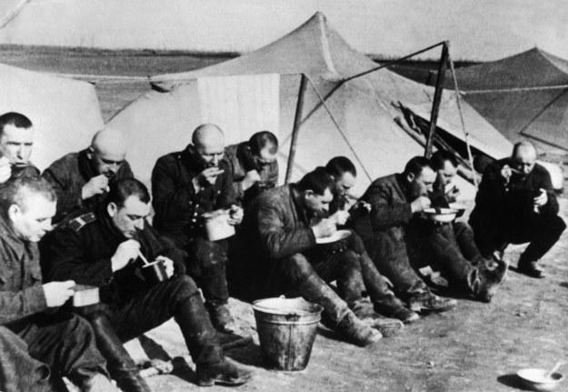 Posiłek żołnierzy-tułaczy, którym udało się dotrzeć do obozu Armii Polskiej w ZSRR /Archiwum autora