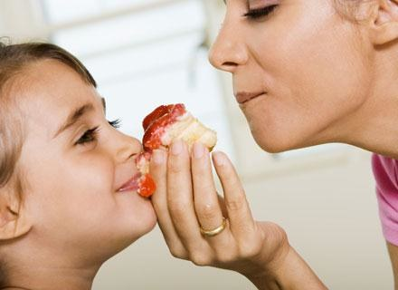 Posiłki powinny kojarzyć się dziecku z czymś przyjemnym /© Panthermedia