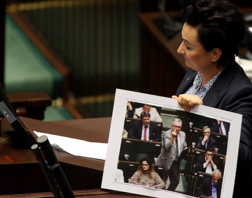 Posłanka PO Monika Walichowska pokazuje zdjęcie, na którym widać skandaliczne zachowanie posła Pis Piotra Pyzika /Sławomir Kamiński / Agencja Gazeta /Agencja Gazeta/ x-news