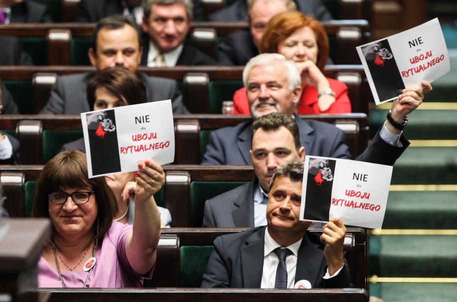 Posłanka Ruchu Palikota Anna Grodzka oraz Janusz Palikot protestują przeciwko ubojowi rytualnemu /Jakub Kamiński   /PAP