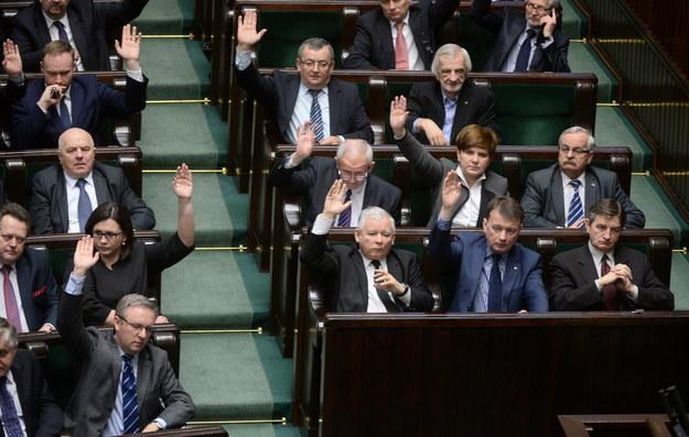 Posłowie PiS głosują przeciw ustawie ws. ratyfikacji konwencji o zapobieganiu przemocy /Bartłomiej Zborowski /PAP