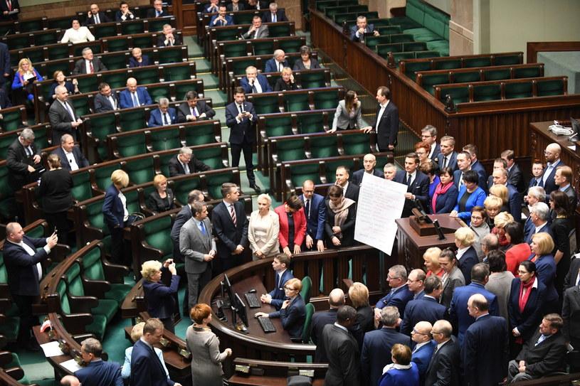 """Posłowie Platformy Obywatelskiej prezentują """"dekalog wolności"""" /Bartłomiej  Zborowski /PAP"""