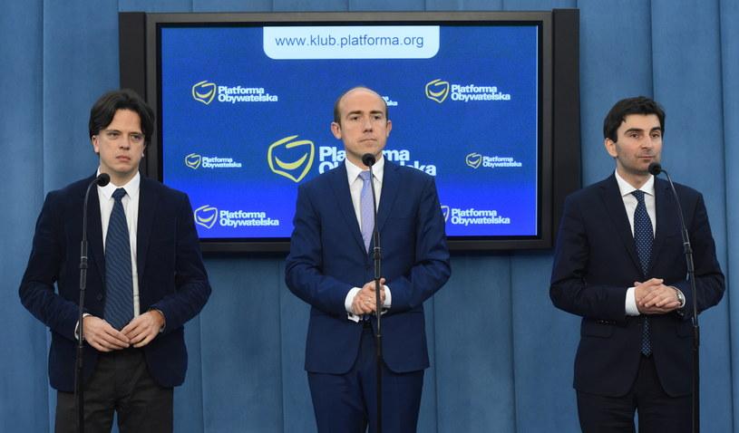 Posłowie PO, od lewej: Tomasz Głogowski, Borys Budka i Marek Wójcik na konferencji prasowej /Radek Pietruszka /PAP