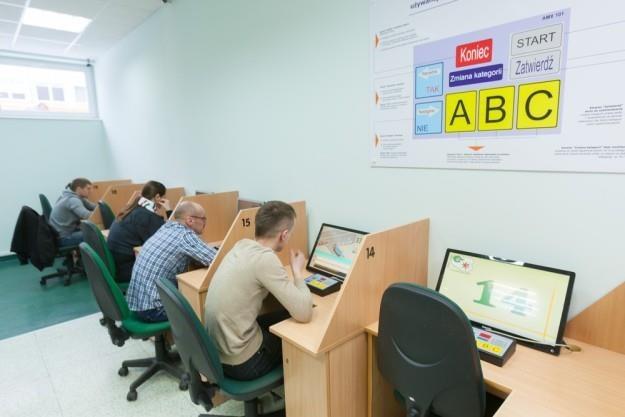 """Posłowie po raz kolejny """"majstrują"""" przy egzaminach i szkoleniach / Fot: Robert Stachnik /Reporter"""