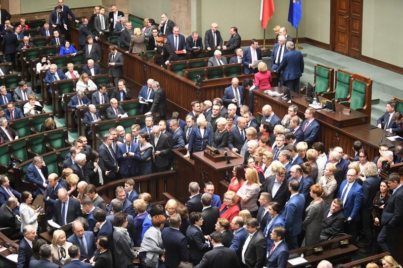 Posłowie PO zablokowali mównicę /Bartłomiej Zborowski /PAP