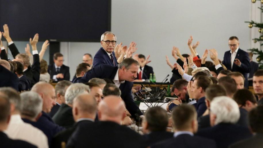 Posłowie Prawa i Sprawiedliwości podczas głosowań w trakcie przeniesionego do Sali Kolumnowej posiedzenia Sejmu w grudniu 2016 roku / Tomasz Gzell    /PAP