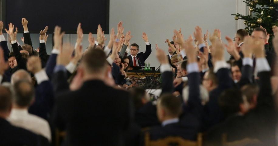 Posłowie Prawa i Sprawiedliwości śpiewają hymn Polski po zakończeniu głosowań w trakcie przeniesionego do Sali Kolumnowej posiedzenia Sejmu, 16 grudnia /Tomasz Gzell /PAP