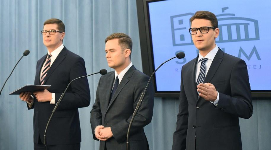 Posłowie wykluczeni z partii i klubu parlamentarnego PiS: Adam Hofman, Mariusz Antoni Kamiński i Adam Rogacki /Radek Pietruszka /PAP