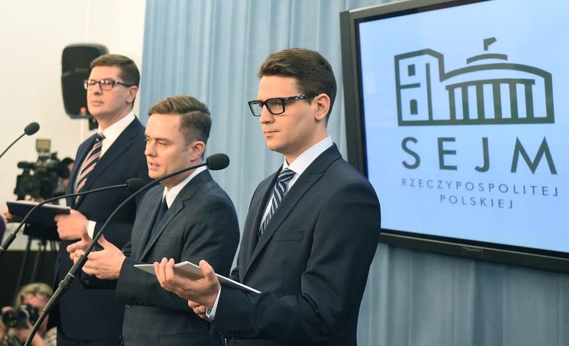 Posłowie wykluczeni z partii i klubu parlamentarnego Prawa i Sprawiedliwości: Adam Hofman (C), Mariusz Antoni Kamiński (P) i Adam Rogacki (L) /Radek Pietruszka /PAP