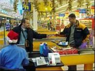 Poświąteczne wyprzedaże sprawiają, że w sklepach ponownie robi się tłoczno /RMF