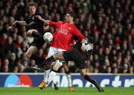 Poszkodowany Ronaldo walczy o piłkę /AFP