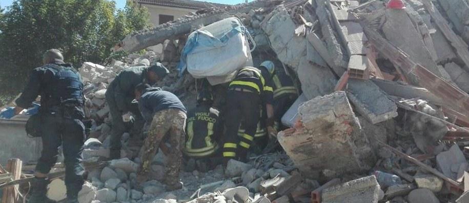 Poszukiwania ofiar trzęsienia ziemi w Amatrice /PAP/EPA/ITALIAN FIRE BRIGADE /PAP/EPA