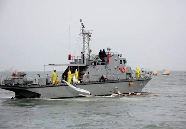Poszukiwania zatopionego promu /KIMIMASA MAYAMA /PAP/EPA