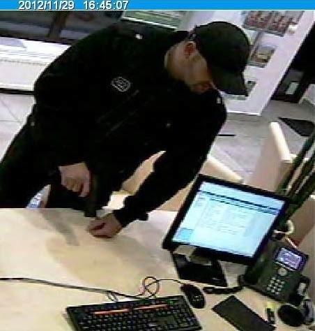 Poszukiwany mężczyzna - policja opublikowała zdjęcia z zapisu bankowego monitoringu /Policja